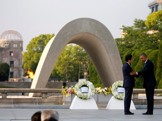 U.S. President Barack Obama (R) puts his arm around Japanese Prime Minister Shinzo Abe after they laid wreaths in front of a cenotaph at Hiroshima Peace Memorial Park in Hiroshima, Japan May 27, 2016. (Foto: Carlos Barria/Reuters)