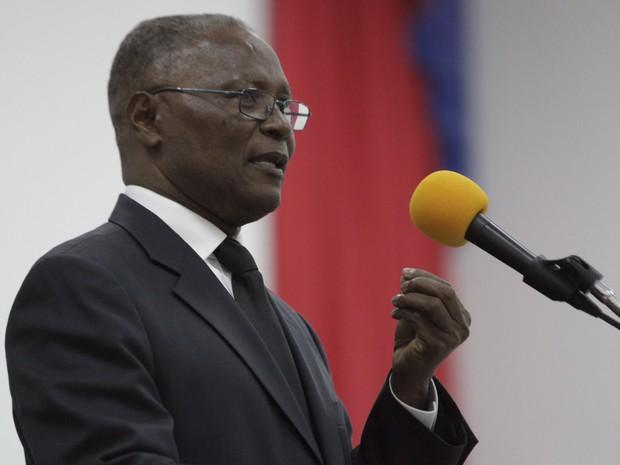 Jocelerme Privert discursa no Parlamento durante apresentação dos candidatos ao cargo de presidente no governo interino do Haiti (Foto: Andres Martinez Casares/Reuters)