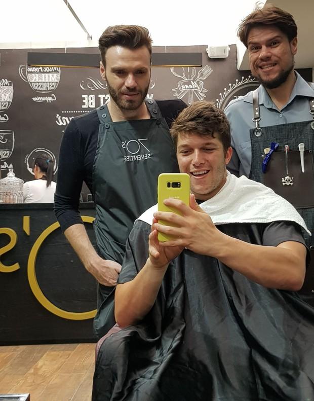 Gabriel Mandergan com os profissionais do salão em que descoloriu o cabelo (Foto: Divulgação)