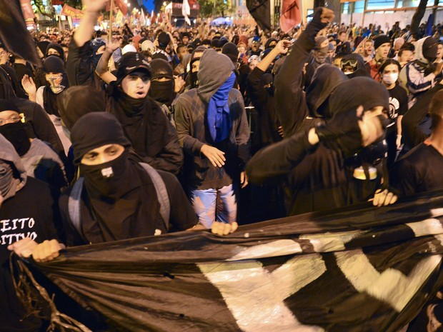 Segundo a Polícia Militar, cerca de 5 mil pessoas participam do protesto no Centro do Rio (Foto: Christophe Simon/AFP)
