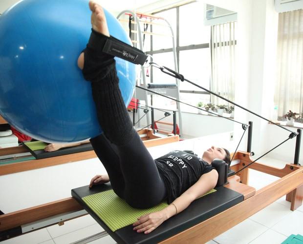 Exercícios com bola estão na rotina da atriz (Foto: Carol Caminha / Gshow)