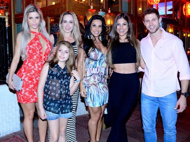 Ex-BBB Cacau, Scheila Carvalho, Mari Gonzalez e ex-BBB Jonas com amigas em restaurante em São Paulo (Foto: Leo Franco/ Ag. News)