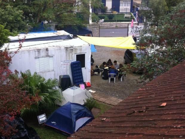 Manifestantes ocupam o pátio do Iphan, em Curitiba, desde a manhã de sexta (13) (Foto: José Luiz Lautert / Arquivo Pessoal)