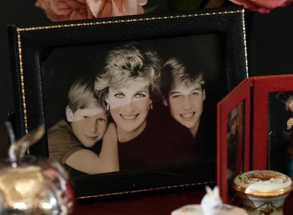 Uma foto da Princesa Diana com seus filhos, os príncipes William e Harry (Foto: Getty Images)