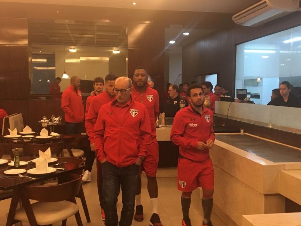 Jogadores do São Paulo deixam o restaurante e iniciarão viagem de ônibus na segunda cedo (Foto: Marcelo Prado)