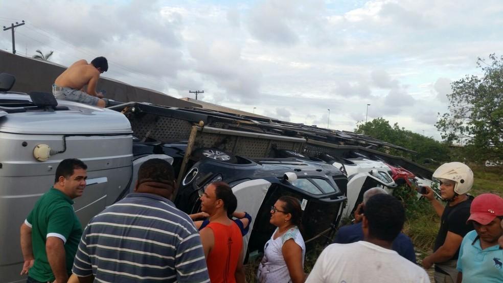 Acidente com caminhão-cegonha chama a atenção de curiosos no Recife (Foto: WhatsApp/Divulgação)
