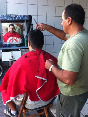 Corte de cabelo rua Porto Alegre (Foto: Roberta Lemes/G1)