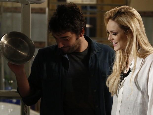 Megan prepara jantar para Davi, mas surpresa é um desastre (Foto: Fábio Rocha/TV Globo)