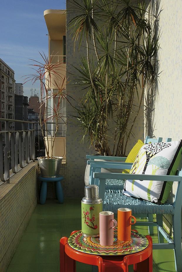O centro de São Paulo precisa de verde. A solução bem-humorada foi transformar o piso cerâmico da varanda em gramado com uma base epóxi e tinta verde. Projeto de Rodrigo Ângulo (Foto: Patricia Cardoso)