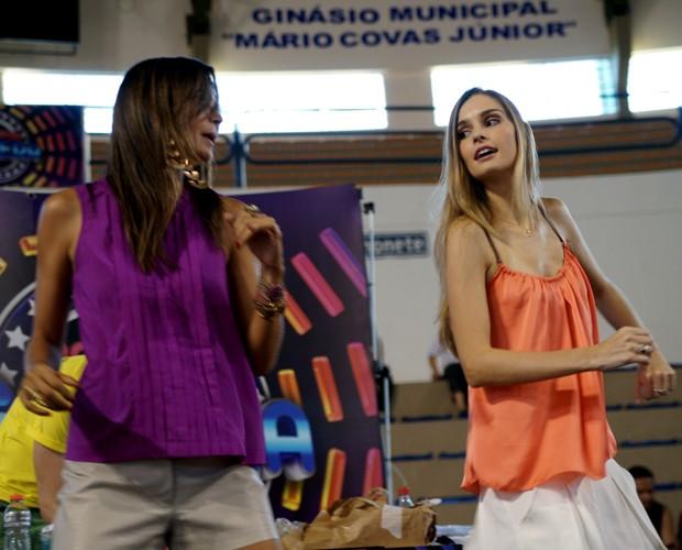 Ela também mostrou rebolado com Fernanda Motta (Foto: Domingão do Faustão / TV Globo)