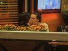 Camila Rodrigues troca beijos com o namorado no Rio