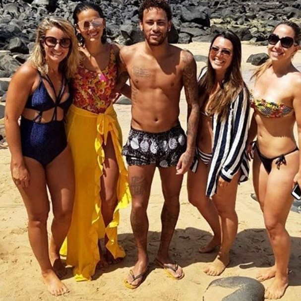 Neymar e Marquezine com fãs (Foto: Instagram/Reprodução)