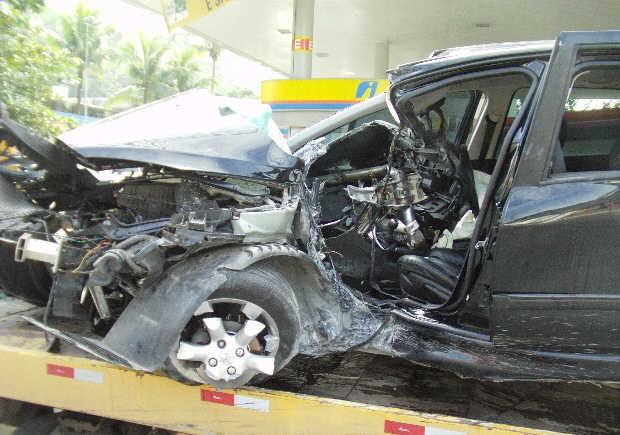 Carro bateu em um poste na avenida Dom Pedro, em Guarujá (Foto: Roberto Strauss/Arquivo Pessoal)