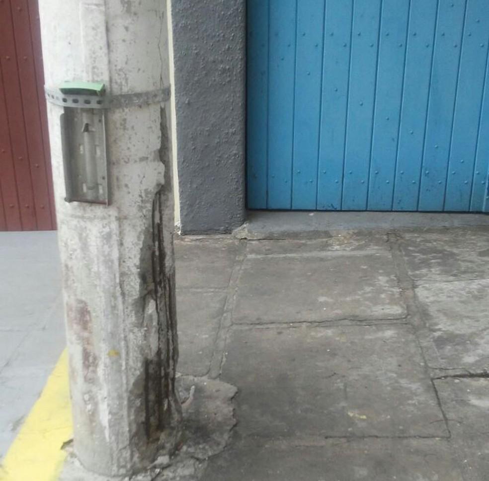 Poste deteriorado em rua do Centro de Cabo Frio (Foto: Leandro Miranda/Arquivo Pessoal)