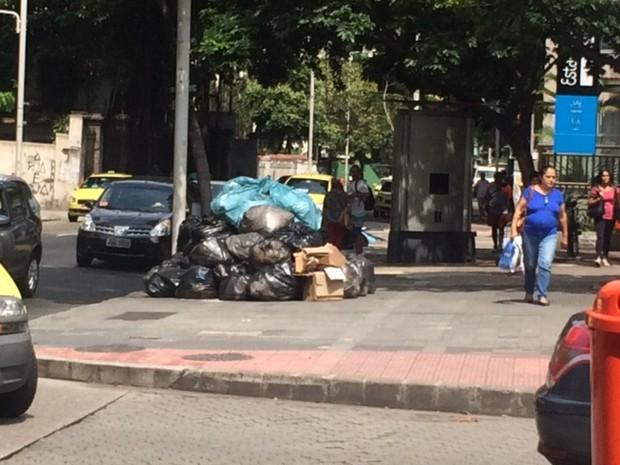 Lixo acumulado na Rua Voluntários da Pátria, em Botafogo (Foto: Alba Valéria Mendonça/G1)