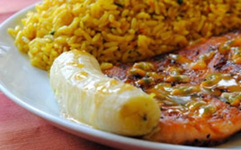 Salmão ao molho de maracujá com banana assada