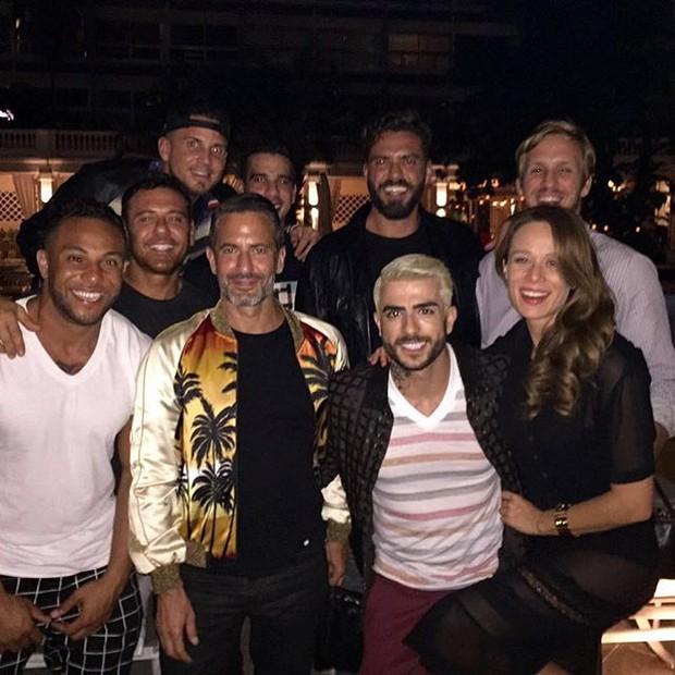 Estilista Marc Jacobs com a atriz Mariana Ximenes e amigos em restaurante no Rio (Foto: Instagram/ Reprodução)