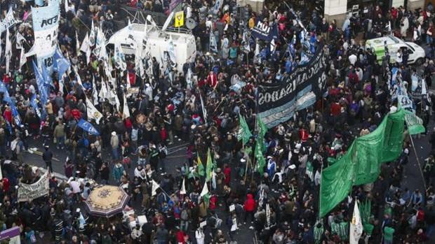 Argentinos protestam contra Macri em Buenos Aires  (Foto: AP)