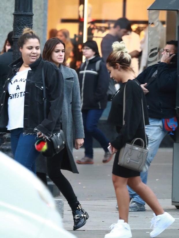 Bruna Marquezine e Rafaella Santos com amigos em Barcelona, na Espanha (Foto: Grosby Group/ Agência)