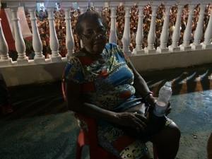 Devota há mais de 30 anos, Rita passou mal durante homenagens (Foto: Janaína Carvalho/ G1)