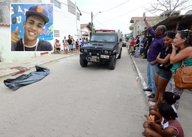 Pastor ora em frente ao corpo de Patrick Rocha Alves, 19 anos, assassinado na manhã desta quinta feira (Foto: Ricardo Medeiros/A Gazeta)