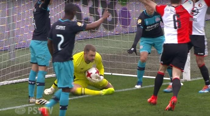 Zoet põe a bola para dentro após defesa e decide Feyenoord x PSV Eindhoven