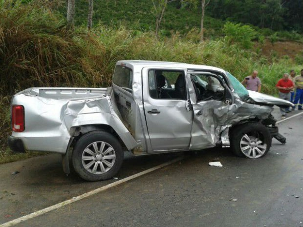 Motorista de caminhonete teria perdido controle e invadido pista contrária (Foto: Divulgação/PRF)