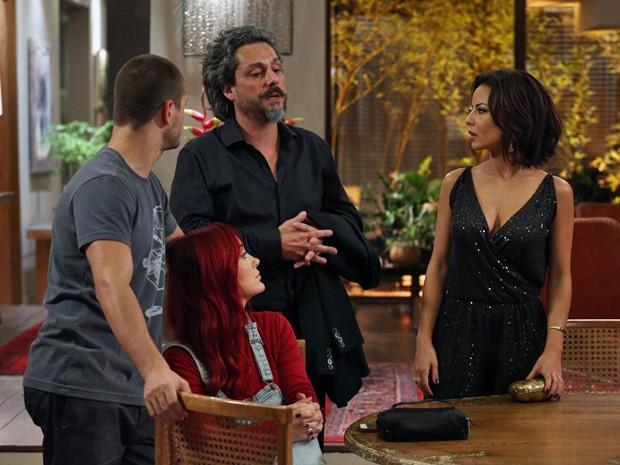 Zé conversa com a família (Foto: Raphael Dias/ Gshow)