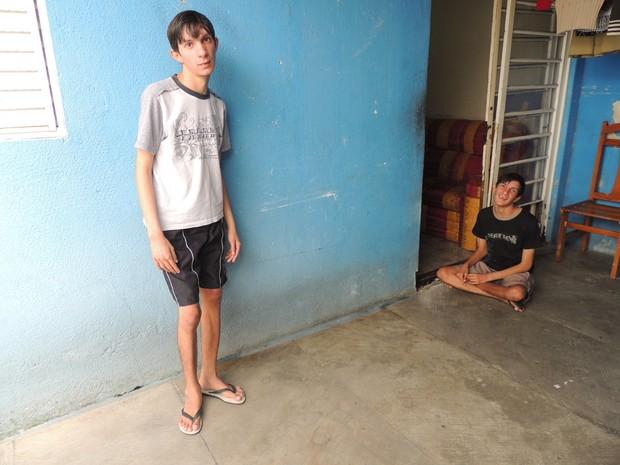 Os gêmeos Fábio e Fabrício ficam sem ter o que fazer o dia todo (Foto: Pedro Carlos Leite/G1)