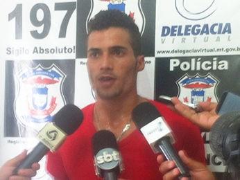 Rapaz foi preso suspeito de matar duas adolescentes em Cuiabá. (Foto: Pollyana Araújo/G1)