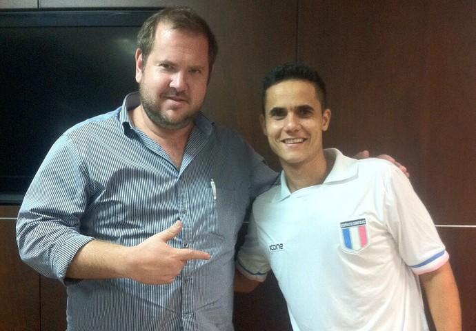 André Leibel, gestor do Espírito Santo, com o zagueiro Thiago Martinelli, novo reforço do clube capixaba (Foto: Divulgação/Arquivo Pessoal)