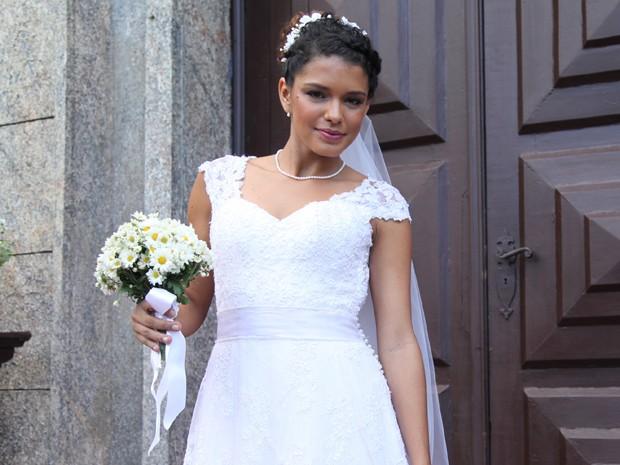 Vestido de noiva de Gabi (Kizi Vaz) é rendado com acabamento em pérolas (Foto: Fabiano Battaglin/Gshow)