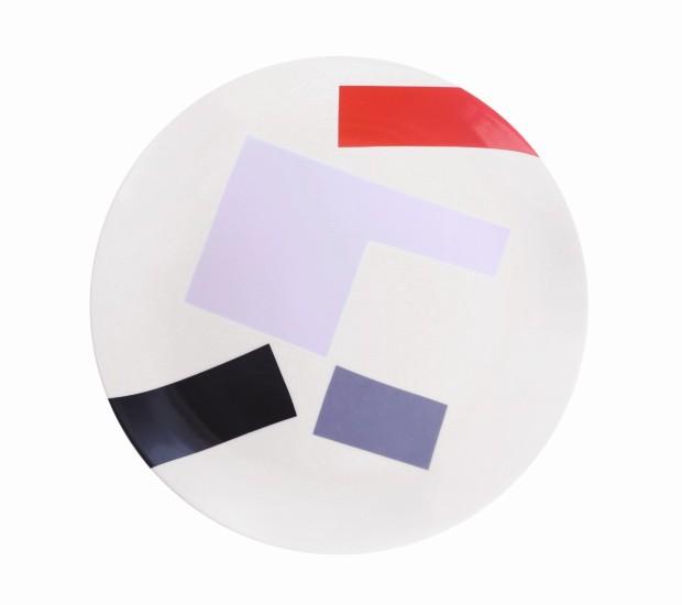 Prato. Vermelho, Azul, Preto e Rosa, de porcelana e esmalte, 19 cm de diâmetro. No site do artista, R$ 130 (Foto: Divulgação)