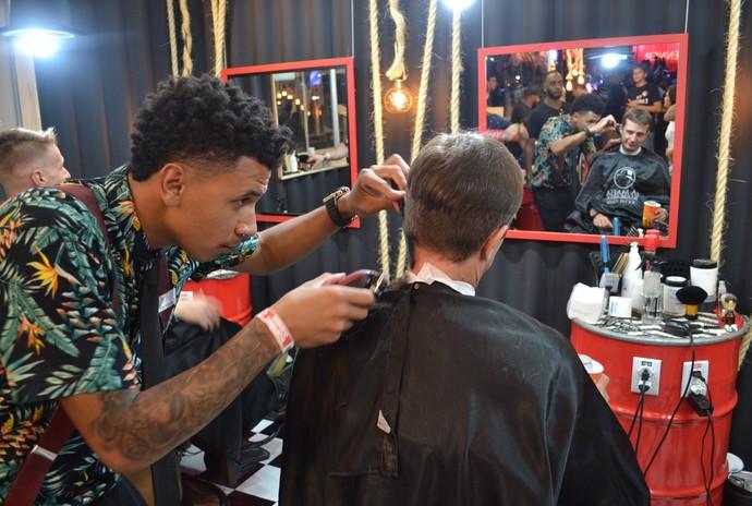 Caco corta o cabelo de Marcelo Nora na barberia La Mafia, no camarote do Planeta Atlântida 2017 (Foto: Igor Grossmann/Gshow)