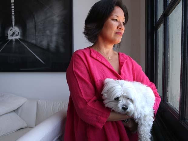 Foto de 26 de junho de 2015 mostra Mimi Lee e seu cachorro Toshi em seu apartamento em San Francisco (Foto: Paul Chinn/San Francisco Chronicle via AP)
