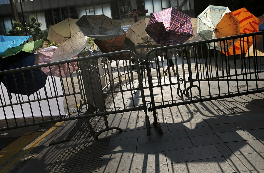 Guarda-chuvas se espalham pelo centro de Hong Kong. Manifestantes usam guarda-chuvas em protesto para se proteger de gás de pimenta da polícia