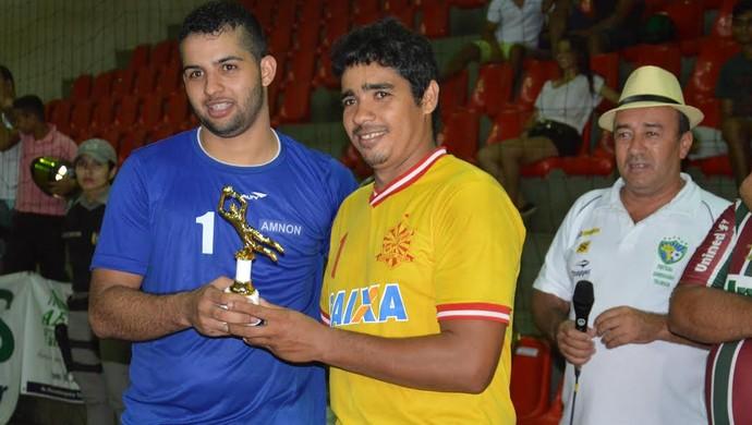 Anailton, de camisa azul, recebe troféu de melhor goleiro do Acreano de Futsal da 2ª divisão (Foto: Adelcimar Carvalho/G1)