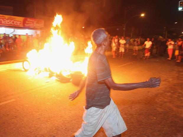 Uma manifestação fechou a via onde houve os atropelamentos na noite desta segunda (Foto: Angelo Antonio Duarte / Agência O Dia / Estadão Conteúdo)