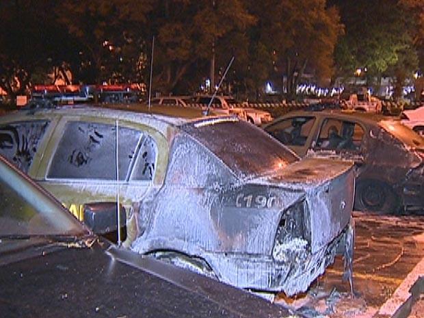 Carros da Brigada Militar foram queimados na amdrugada em Porto Alegre (Foto: Reprodução/RBS TV)