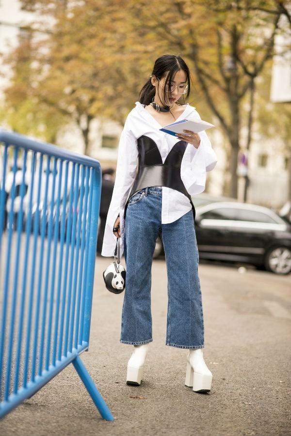 Com a dupla camisa branca e jeans, a peça tira o look do lugar comum (Foto: imaxtree)