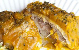 Frango assado coberto com creme de abóbora e mel