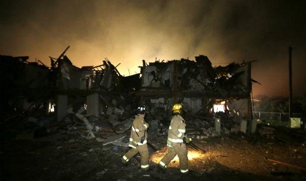Bombeiros trabalham em West, no Texas, Estados Unidos. Uma explosão em uma fábrica de fertilizantes deixou mortos e feridos  (Foto: LM Otero/AP)