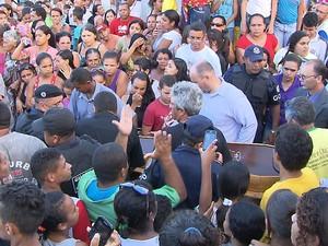 Multidão esteve presente no enterro da adolescente (Foto: Reprodução/TV Cabo Branco)