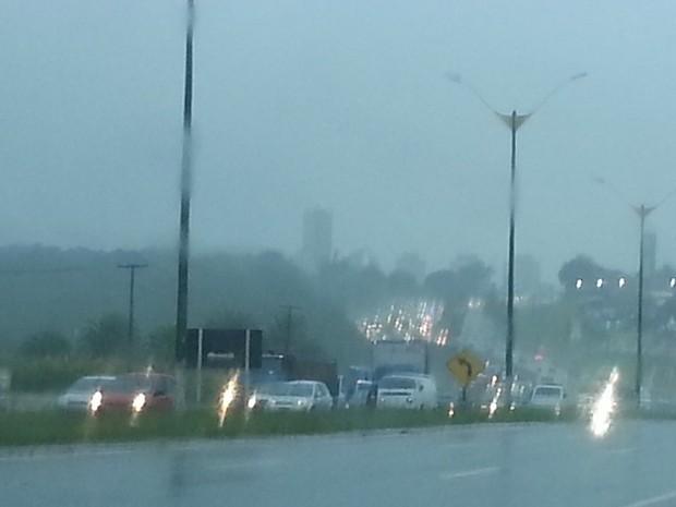 Chuva causa transtornos nas ruas de Natal (Foto: Jorge Talmon/G1)