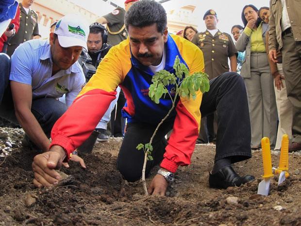 Maduro participa de cerimônia relembrando quase três meses da morte de Hugo Chávez (Foto: Reuters)