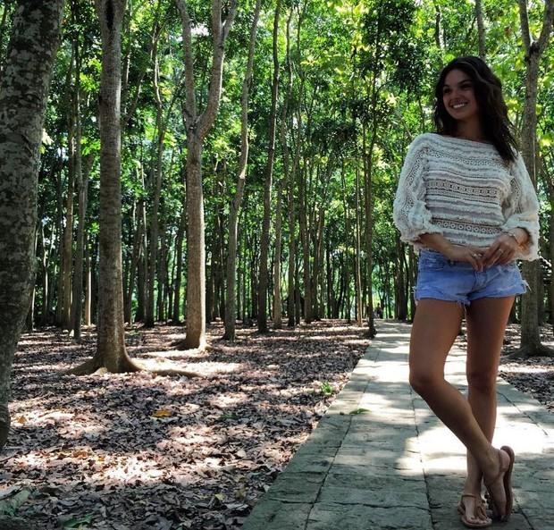 Isis Valverde posando para foto na Monkey Forest Ubud  (Foto: Reprodução/Instagram)