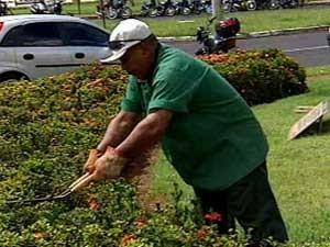 Jardineiro diz que ganha até R$ 200 extras por dia (Foto: Reprodução/TV Integração)