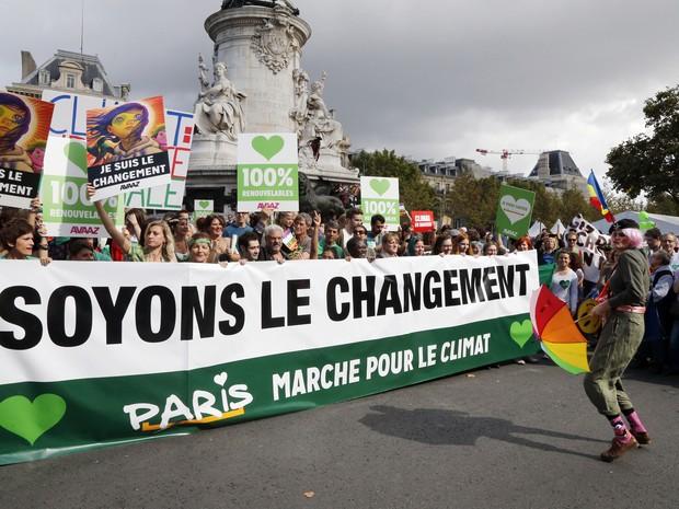 Manifestante usa máscara do Guy Fawkes durante manifestação pelo clima na França neste domingo (21) (Foto: AFP photo/François Guillot)