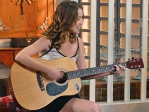 Laura canta e encanta ao cantar uma bela música (Foto: Rodrigo Brisolla / Gshow)
