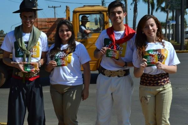Equipe da RBS TV de Cruz Alta faz blitz  vestida a caráter (Foto: Divulgação/RBS TV)